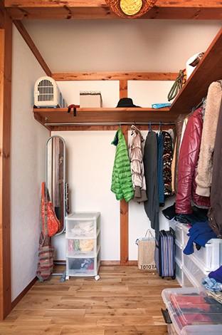 サイエンスホーム【1000万円台、夫婦で暮らす、ペット】寝室のウォークインクローゼット。L字型にハンガーと棚を設け、どこに何があるかひと目でわかるので便利。各所に機能的な収納が設けられているのもこの家の魅力のひとつ