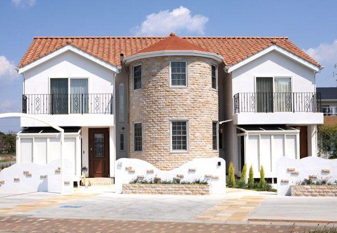 サイエンスホーム【デザイン住宅、輸入住宅、間取り】日本の住宅では滅多に見かけない 錆石で形作られた中央の円筒型部分は1階がゲスト用の玄関ホー ルで、2階が寝室にあてられている