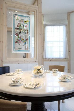 サイエンスホーム【デザイン住宅、輸入住宅、間取り】床、腰壁、テーブルにはタソスの大理石を使用。ピュアな空間に映える 鮮やかなガラスアートは、奥さまが長野県安曇市で購入したお気に入り