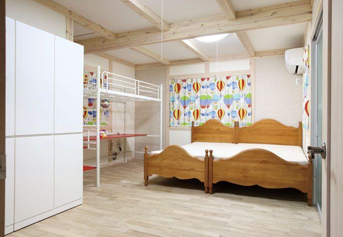 サイエンスホーム【デザイン住宅、輸入住宅、間取り】白く着色したやさしい表情の真壁とかわいらしいインテリアがマッチした子ども部屋