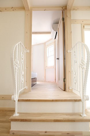 サイエンスホーム【デザイン住宅、輸入住宅、間取り】2階のセカンドリビングからR型のベッドルームへとつながるプリンセ ス階段。白いアイアンの優美な曲線が清楚 な乙女心をくすぐる