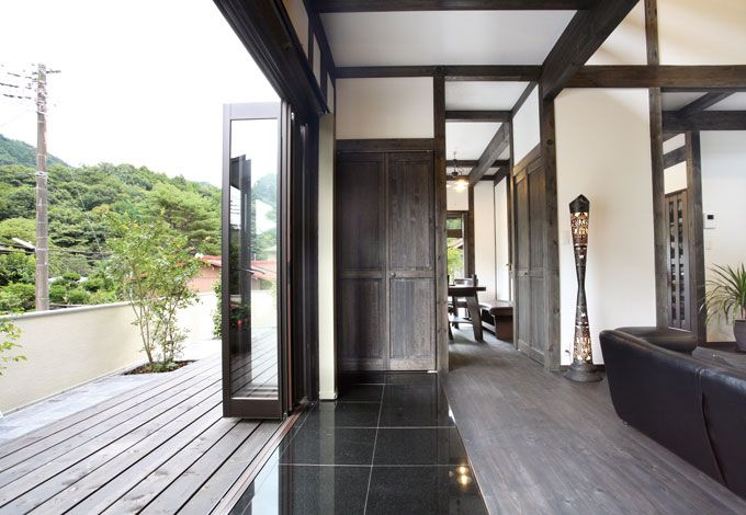 サイエンスホーム【デザイン住宅、狭小住宅、間取り】ストリップ階段がより開放感を演出。艶やかな床は御影石