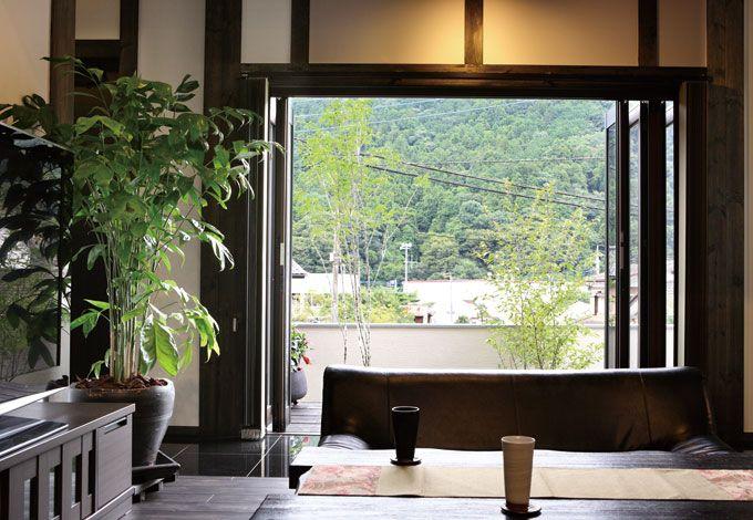 サイエンスホーム【デザイン住宅、狭小住宅、間取り】リビングの大開口サッシを開ければ、山の景色が額縁の写真のように見える