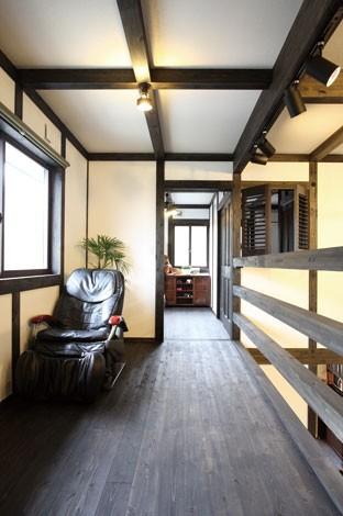 サイエンスホーム【デザイン住宅、狭小住宅、間取り】主寝室へといざなう杉板の廊下。そのぬくもりが心を和ませる