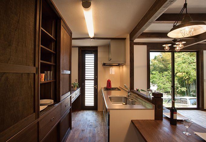サイエンスホーム【1000万円台、デザイン住宅、狭小住宅】キッチンの後ろの収納は大工さんによる造作。内装にしっくり馴染むだけでなく、地震の 際も倒れる心配がない