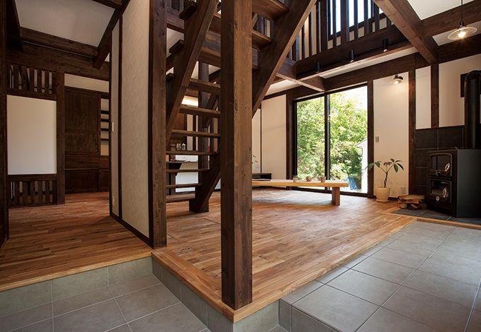 サイエンスホーム【1000万円台、デザイン住宅、狭小住宅】玄関から直接リビングに繋が る間取り。右手には、ストーブへ 薪を運ぶための土間が続く