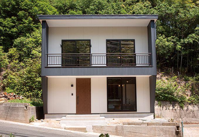 サイエンスホーム【1000万円台、デザイン住宅、狭小住宅】キューブ型の外観を採用することで、基 礎工事にかかる費用を極限まで抑えた。 建築中に余った資材で収納棚などを造 作してくれるため、家具を置く必要がなく なるのもポイント だ。建物全体は コンパクトなが ら、室内を最大 限に広く使うこと ができる
