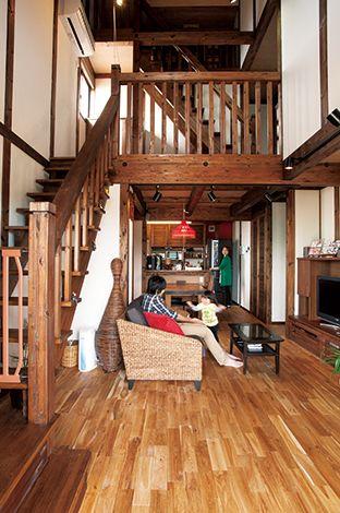 サイエンスホーム【1000万円台、デザイン住宅、ガレージ】ストリップ階段と2階の格子の手すり、さらに、小屋裏に上がる階段が奥行きを強調し、その美しい造形美が真壁造りの醍醐味を感じさせる