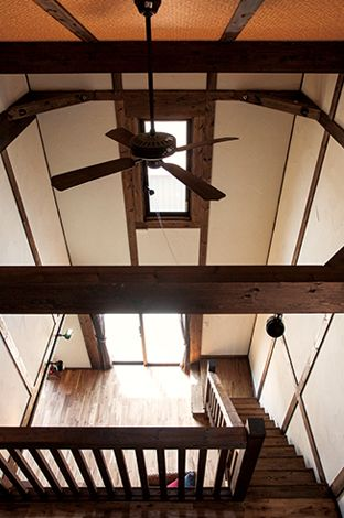 サイエンスホーム【1000万円台、デザイン住宅、ガレージ】小屋裏に続く階段から見下ろす吹抜けのスケール感が見事。真壁造りの柱と梁の直線は日本の建築美の象徴
