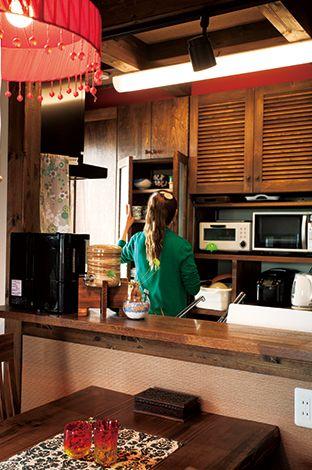 サイエンスホーム【1000万円台、デザイン住宅、ガレージ】奥さまがミリ単位までサイズを指定したキッチン収納は使い勝手が抜群。奥さまのアイデアで天井近くに深紅のアクセントウォールを設けセンスアップ!