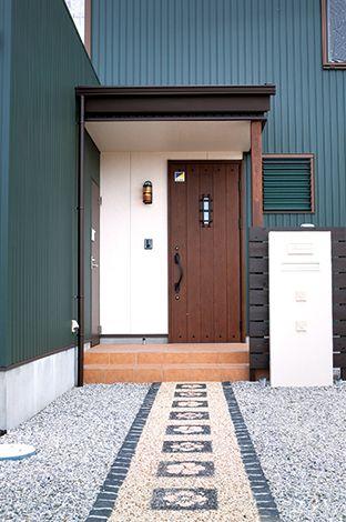 サイエンスホーム【1000万円台、デザイン住宅、ガレージ】玄関に真っ直ぐ続くアプローチは奥さまのデザイン。タイルや石はバリ島で購入したり、ネットで自ら調達したもの