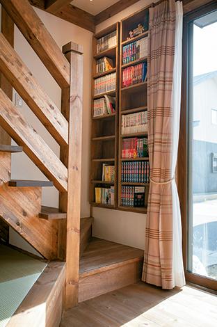 サイエンスホーム【1000万円台、子育て、ペット】階段の壁スペースに設けられた書棚。階段に座って気軽に読書ができる楽しいスペース