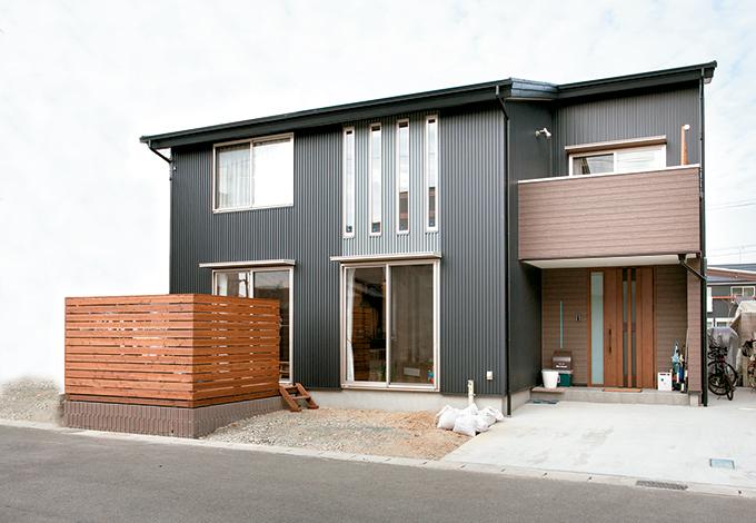 サイエンスホーム【1000万円台、子育て、ペット】ブラックを基調にシルバーのアクセントを加えたガルバリウムの外観。片流れの屋根が都会的な雰囲気を演出している