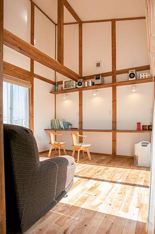 サイエンスホーム【1000万円台、子育て、ペット】2階フリースペースは吹き抜けの勾配天井で広々。むき出しの梁が部屋にデザイン的な変化を与えている