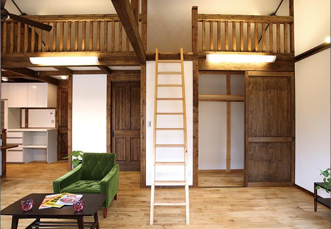 サイエンスホーム【1000万円台、デザイン住宅、二世帯住宅】子ども部屋として予定している5.4 畳の洋室。現在は間仕切りがなく開放的。可動式のはしごでロフトへ