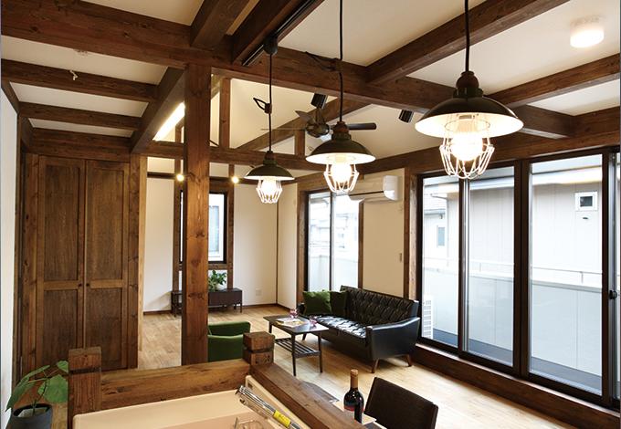 サイエンスホーム【1000万円台、デザイン住宅、二世帯住宅】奥さまこだわりのダイニング照明。真壁造りの室内にきれいに溶け込み、大正~昭和モダンを連想させるレトロな雰囲気を演出している