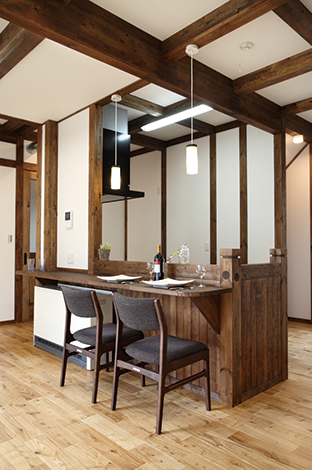 サイエンスホーム【1000万円台、デザイン住宅、二世帯住宅】ご両親が生活する1階。ダイニングにカウンターを設置して仲良く並んで食事ができる。下部の板張りが室内を引き締めている