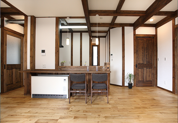 サイエンスホーム【1000万円台、デザイン住宅、二世帯住宅】1階LDK。柱と壁のコントラストが鮮やかで真壁造りのクラシックな雰囲気が発揮されている