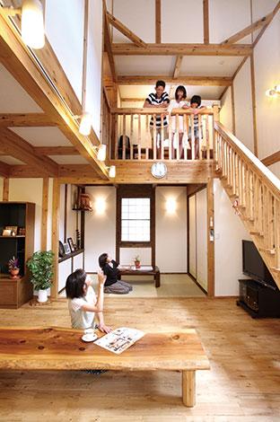 サイエンスホーム【1000万円台、子育て、収納力】いつも家族が自然に集まってくる 吹き抜けのリビングはH邸のシンボ ル。あたたかい肌触りのクリの床は 年中素足で過ごしたくなる