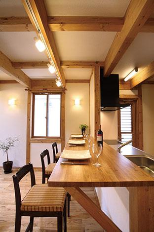 サイエンスホーム【1000万円台、子育て、収納力】忙しい朝食時に便利なキッチンカウンター。ご主人が連れてくる大勢 のお客様をもてなす時の配膳用スペースにもなって重宝している