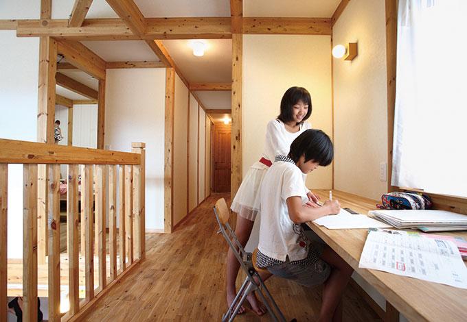 サイエンスホーム【1000万円台、子育て、収納力】姉妹は個室ではなく、ここで宿題をする。キッチンに立つママやおばあちゃんとコミュニケーションもとれて、 お互いに安心できるのがいいね!