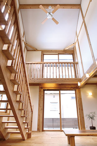 サイエンスホーム【1000万円台、子育て、収納力】畳コーナーから吹き抜けを見上げる。スケルトンの階段と格子のキャットウォークがより開放感をもたらす