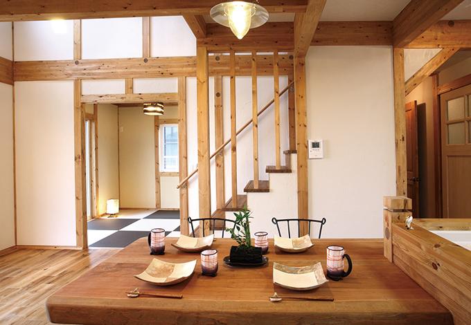 サイエンスホーム【1000万円台、収納力、自然素材】キッチンからはリビング、和室、リ ビング階段、洗面が見渡せるほか、吹き抜けを通して2 階の気配も感じ取れる