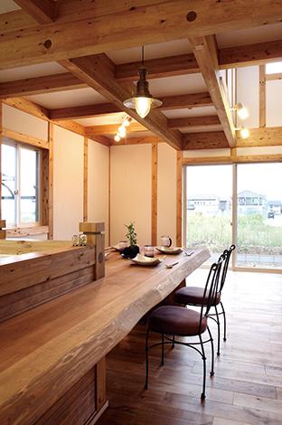 サイエンスホーム【1000万円台、収納力、自然素材】キッチンと一体になった天然木の大きなカウンター