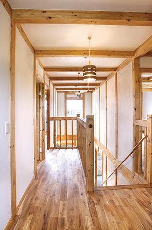 サイエンスホーム【1000万円台、収納力、自然素材】長方形を2つに分けた2階廊下とリビング階段の対比がデザインチック