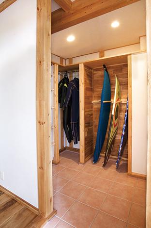 サイエンスホーム【1000万円台、収納力、自然素材】サーフボードを出し入れしやすく設計された専用の玄関クローク
