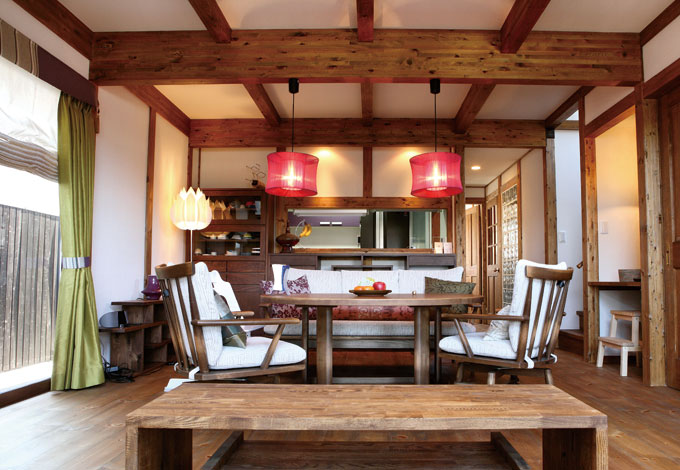 アジアンリゾートを思わせるLDK。真壁工法ならではの木のぬくもりと外張り断熱がつくり出す爽やかな空気が家族を包み込む。ダークウォールナットの床に建具や家具の色を合わせ、空間をトータルにコーディネートした