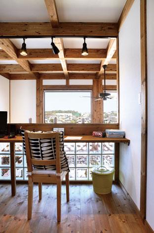 サイエンスホーム【デザイン住宅、狭小住宅、省エネ】ガラスブロックを配した明るいワークスペース。外からの視線を気にせず、2m×1.6mの大きなFIX 窓から広がる北面の景色を独り占め。吹き抜けから家族の声も伝わり、常に一体感を感じながら作業できる。