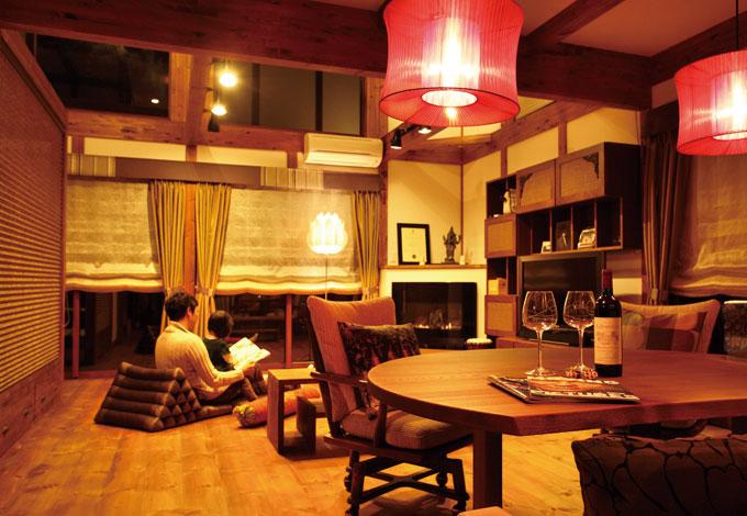 サイエンスホーム【デザイン住宅、狭小住宅、省エネ】夜のLDKは、昼間とはまたひと味違った幻想的な雰囲気。コーナーには、メンテナンスが大変な薪ストーブの代わりにFF式ガス暖炉を導入した