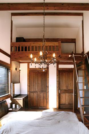 大容量のロフトを設けたベッドルーム。高い天井と真壁の効果で空間に広がりを感じる