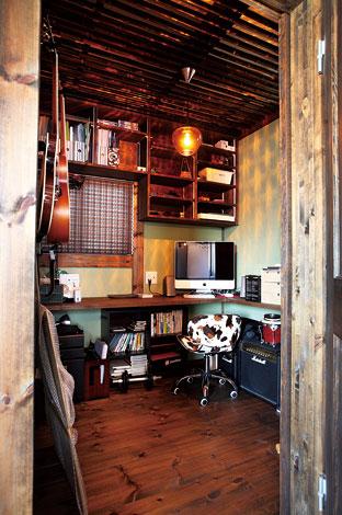 ご主人の書斎は、天井に竹材を張り、美しいライトをマッチングさせてリゾートっぽく。壁に飾ったギターも空間に映える。