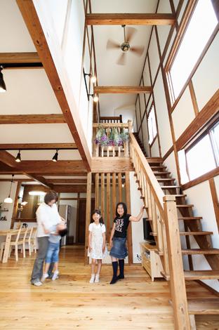 サイエンスホーム【1000万円台、輸入住宅、自然素材】吹き抜けに沿うように小屋裏へ一直線に繋がる階段。広さの視覚効果は抜群