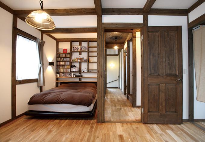 間仕切りのない主寝室は空間に趣のある色艶を生み出す