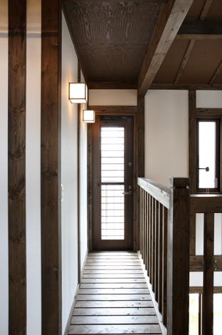 ベランダへつながるキャットウォーク。格子を多用した古き良き日本の伝統美が「抜け感」と情緒を演出