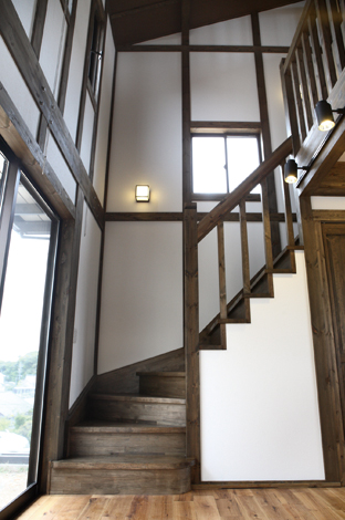 匠の技が光る緩やかな螺旋階段は重過ぎず、モダン過ぎないのが魅力