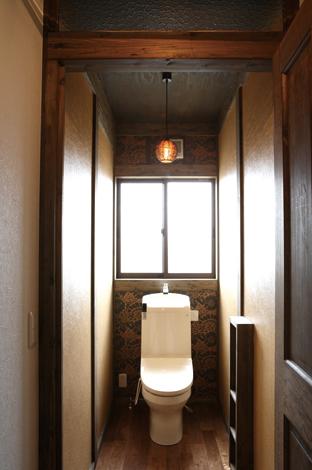 木の質感と陰影を活かしたトイレ