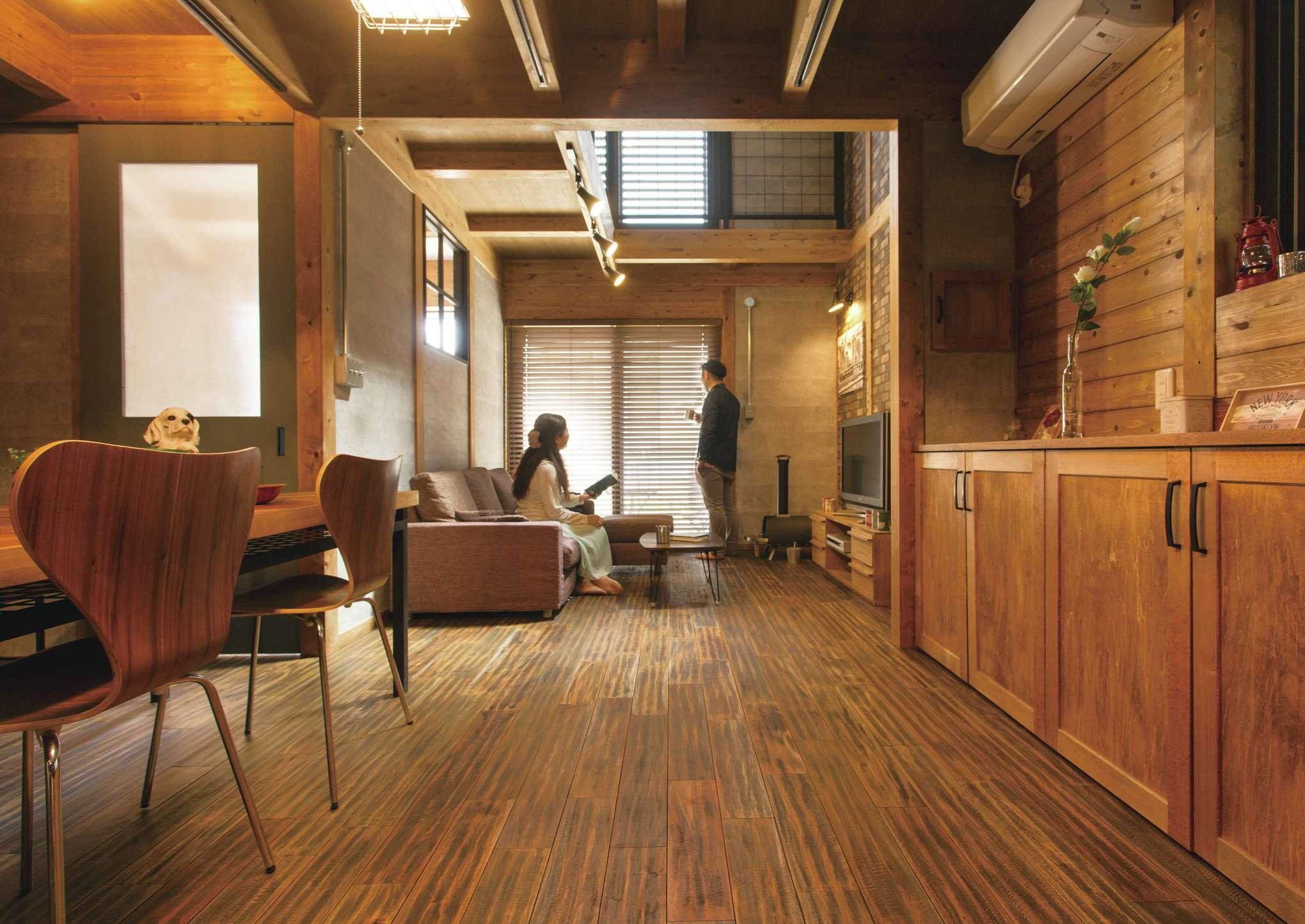 サイエンスホーム【1000万円台、デザイン住宅、間取り】ダイニング、キッチンの天井高を抑え、リビングを吹抜けにすることで目線が抜け、より開放感が生まれる。収納棚も無垢材で製作