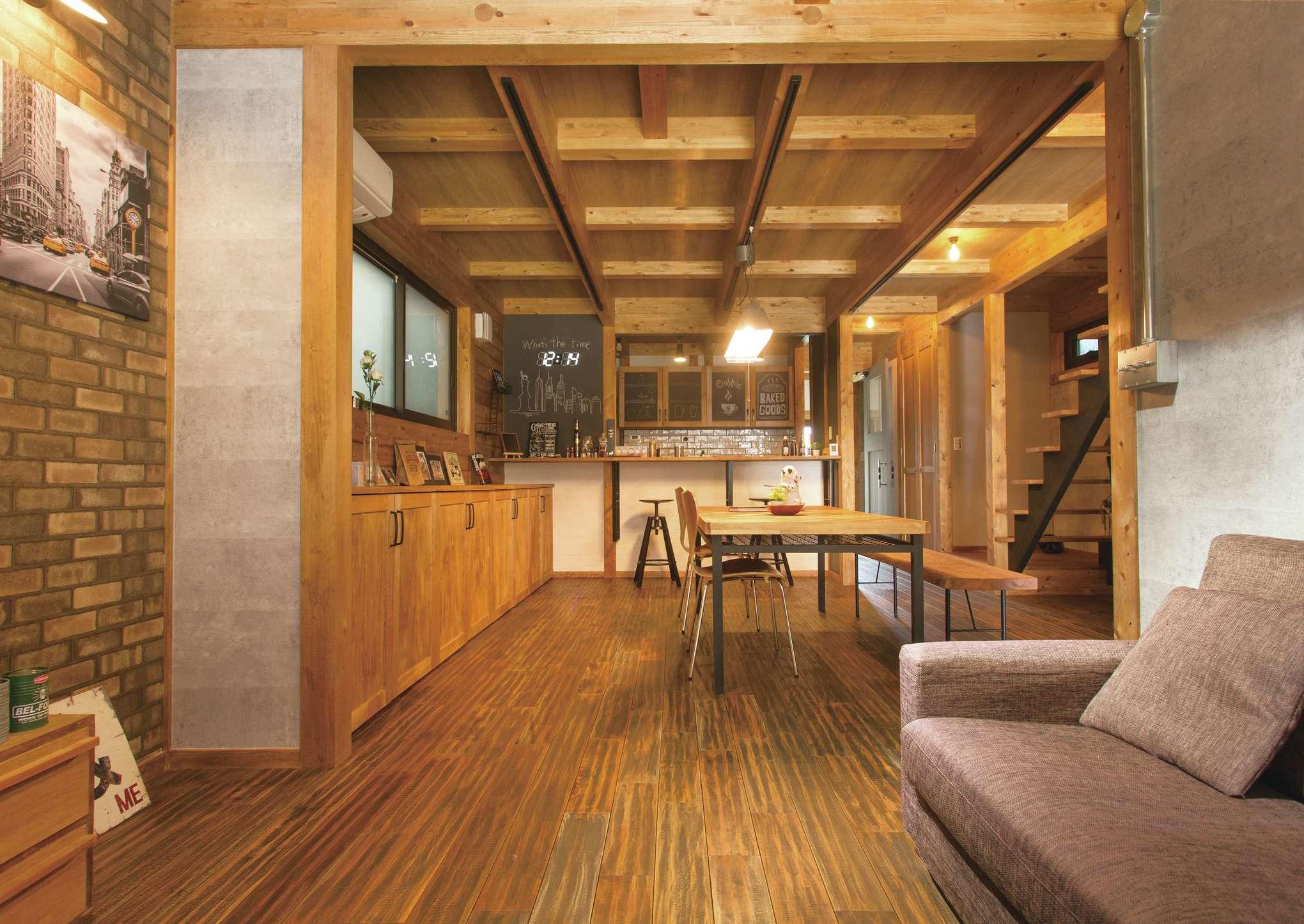 サイエンスホーム【1000万円台、デザイン住宅、間取り】男前なブルックリンテイストに仕上げたLDKは、22畳を超えるゆとりの空間。ヴィンテージ感のある床はひのき(マホガニー)