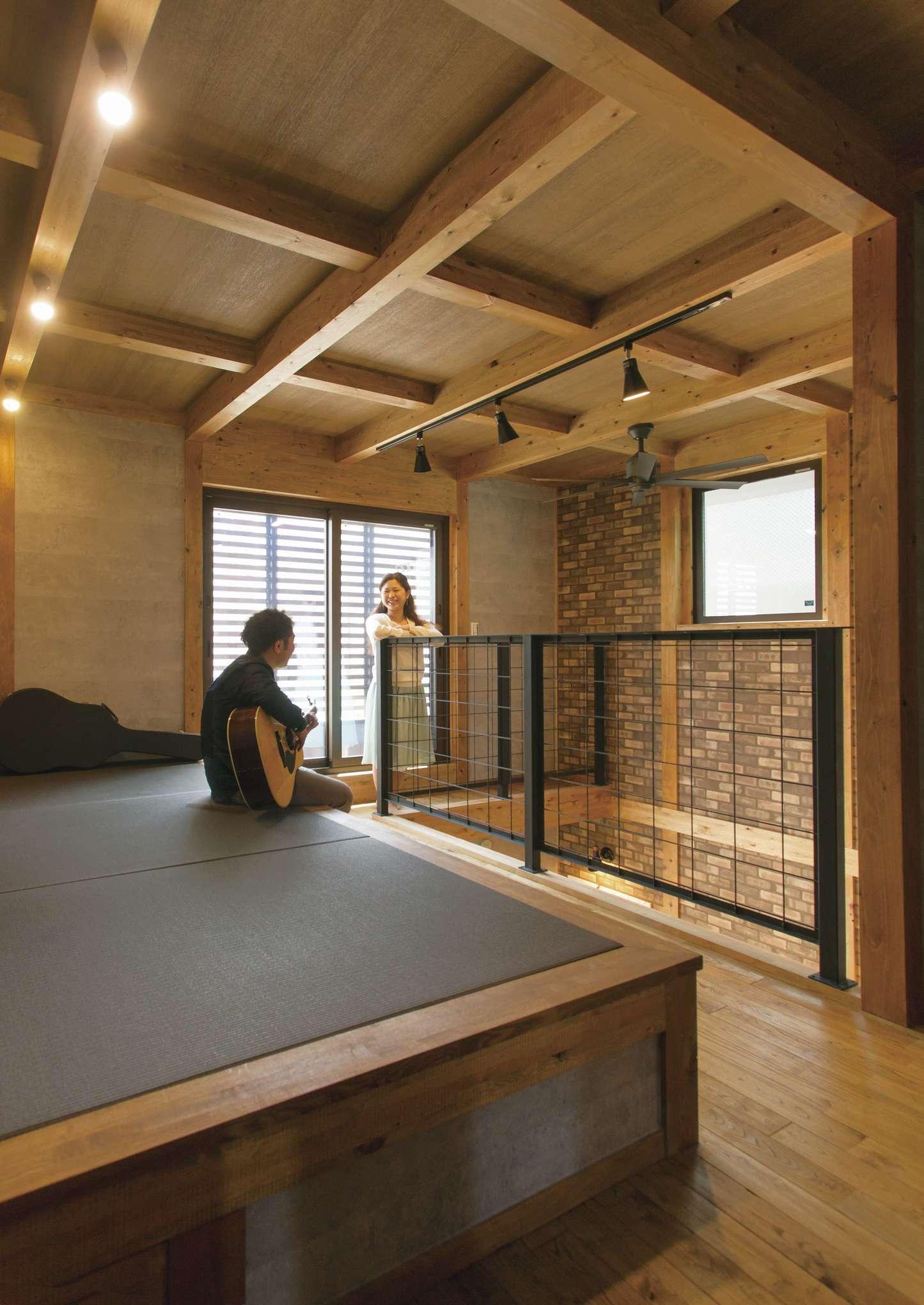 サイエンスホーム【1000万円台、デザイン住宅、間取り】2階のフリースペースに設けた小上がりの畳コーナー。ちょっと横になりたい時、洗濯物をたたむ時にも便利。アイアンの手すりがアクセントに