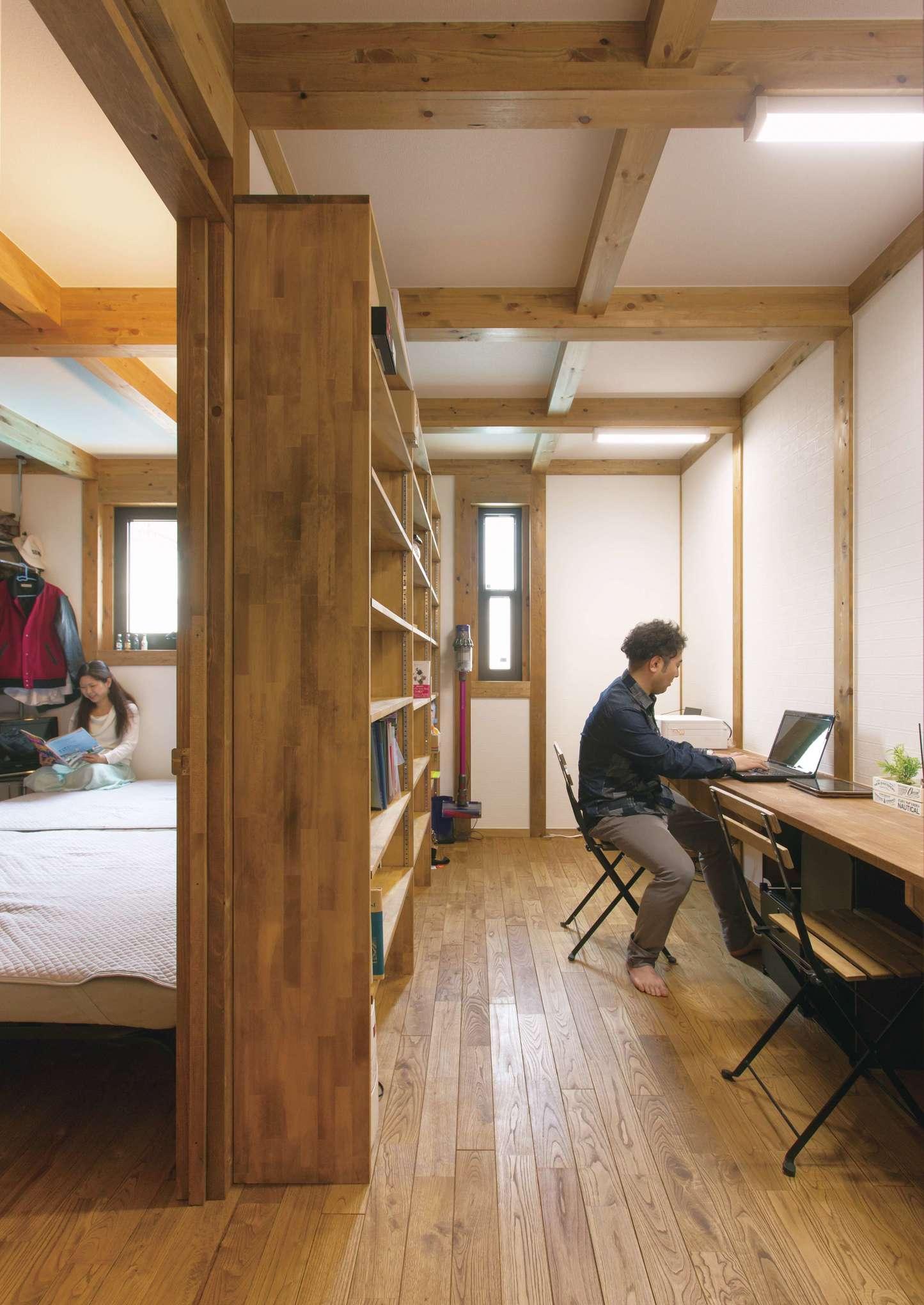 サイエンスホーム【1000万円台、デザイン住宅、間取り】長いワークカウンターで英語を勉強するご主人。大容量の本棚を造作してもらい、主寝室と書斎を間仕切りした