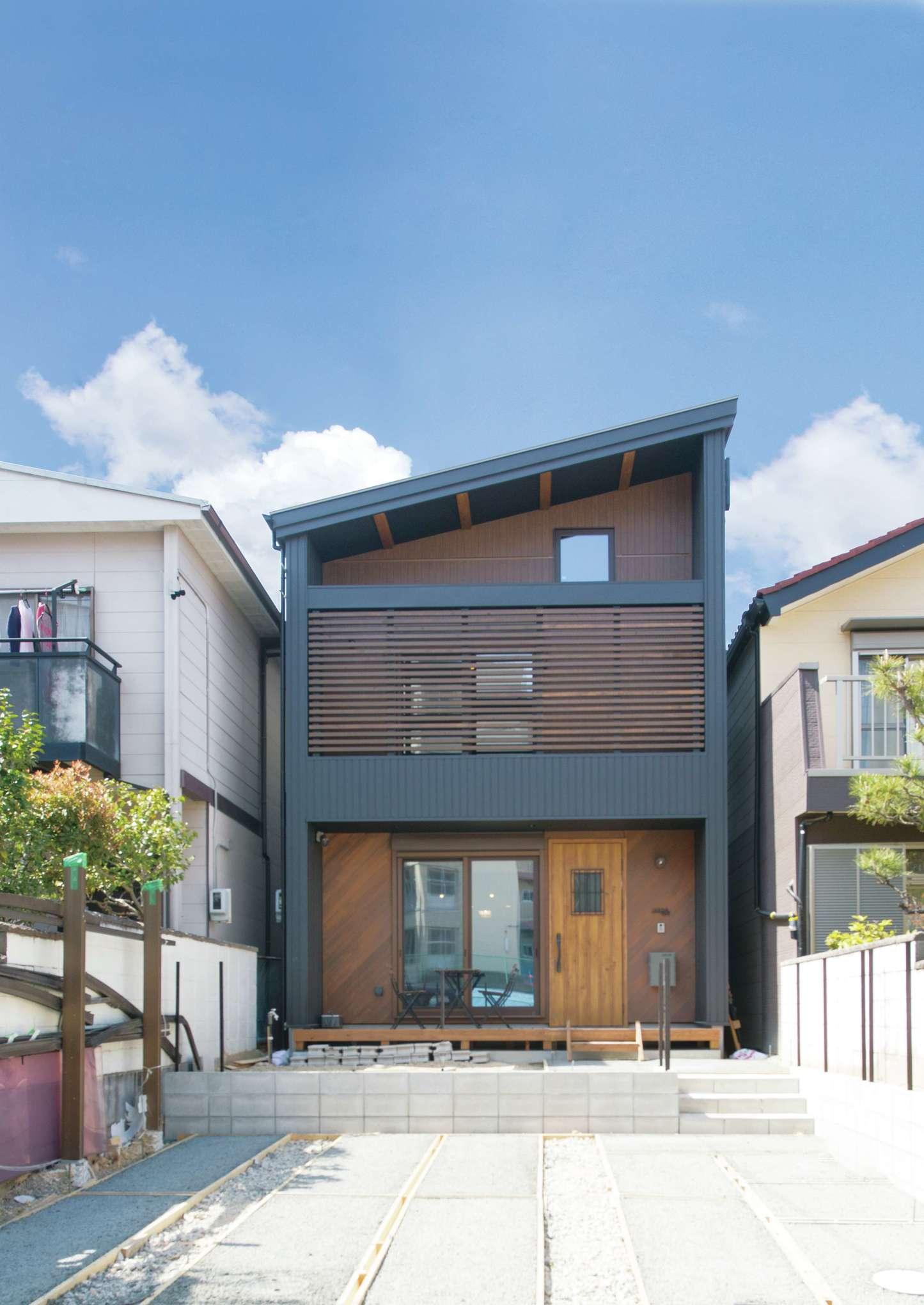 サイエンスホーム【1000万円台、デザイン住宅、間取り】片流れのプロポーションが青空にくっきりと映える外観。友人とBBQを楽しむためにウッドデッキとテラスをつくった