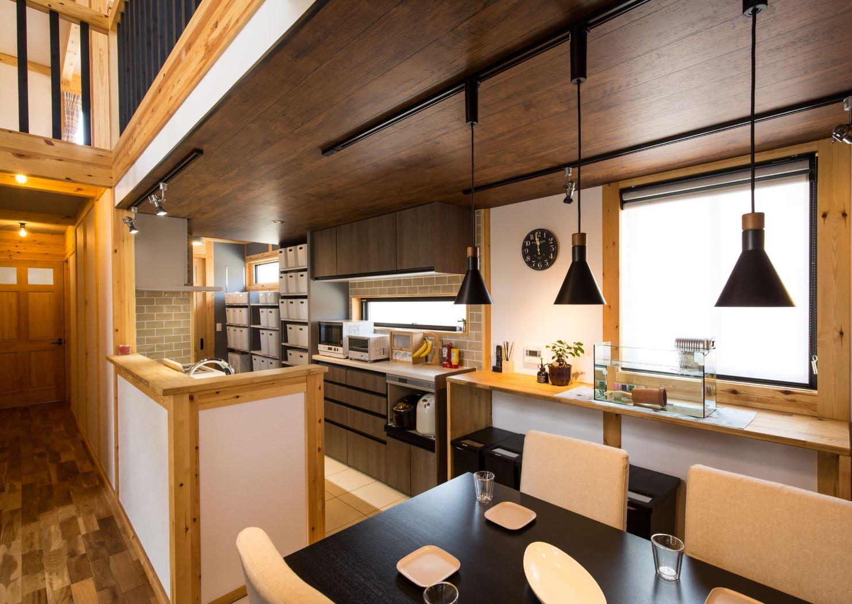 サイエンスホーム【浜松市浜北区西美薗652-2・モデルハウス】キッチンはカフェ風に。天井をあえて低くすることで吹抜けをより高く感じられるようにした