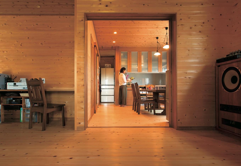 寿建設【収納力、自然素材、間取り】リビングとダイニングキッチンは緩やかにゾーニング。ぜいたくに使った無垢の床と壁の経年美も楽しみ