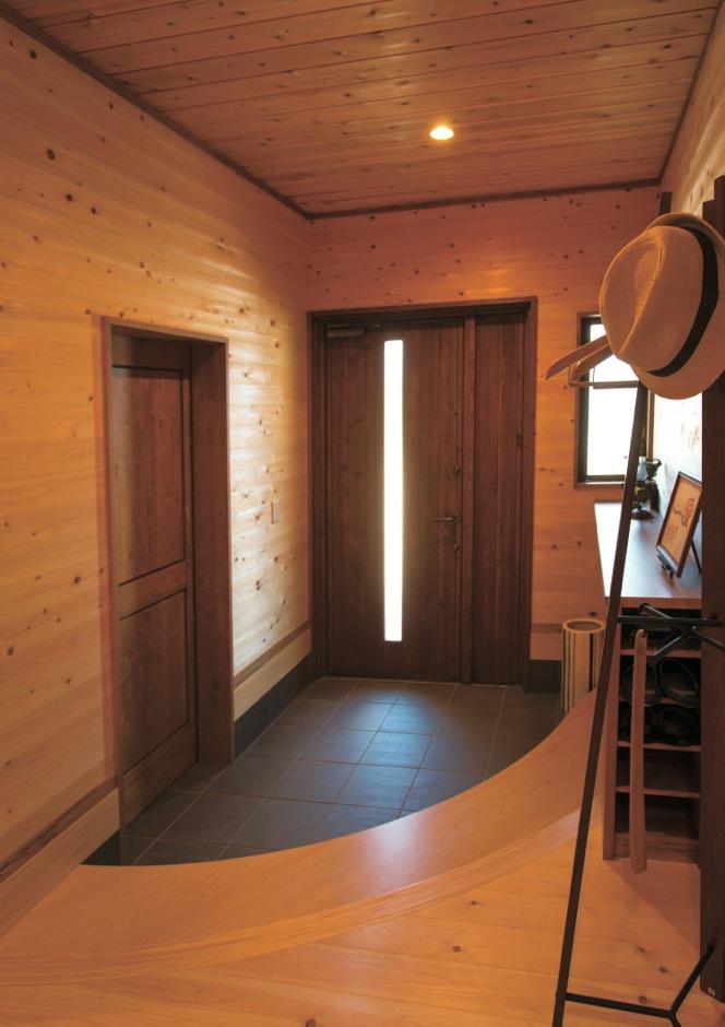 寿建設【収納力、自然素材、間取り】玄関の上がり框はご主人の職業であるピアノをイメージした曲線デザインを採用