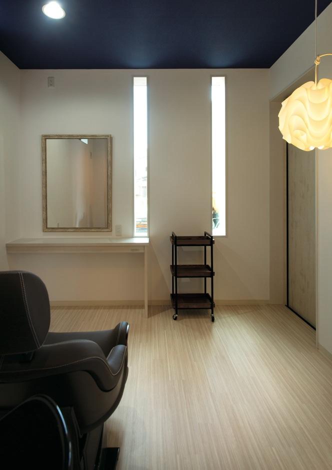 寿建設【子育て、趣味、間取り】将来的に美容室を開く予定のアトリエは北欧テイストでコーディネート。家族のプライバシーを確保するため、専用の出入口を設けた