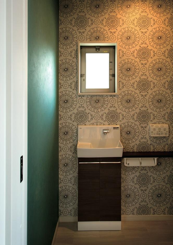 寿建設【子育て、趣味、間取り】1階のトイレは、店舗利用のお客様も気楽に使えるよう玄関ホールに設置
